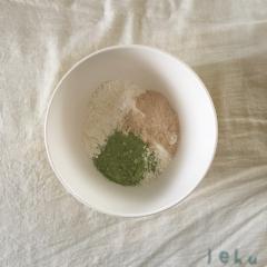 薄力粉・きび砂糖・ベーキングパウダー・抹茶パウダーをボールに入れ、泡だて器でよく混ぜる。